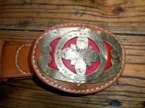 Handgefertigte Gürtelschnalle aus Messing und Leder