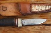 Handgeschmiedetes Messer mit Horngriff und Verzierungen. Lederscheide mit eingesetzter, geflochtener Birkenrinde